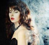 Jeune et sexy femme dans la fumée Photo libre de droits