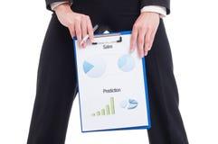 Jeune et sexy femme de ventes montrant les diagrammes et les graphiques financiers Images stock