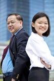 Jeune exécutif asiatique femelle et portrait de sourire d'homme d'affaires asiatique supérieur Photographie stock libre de droits