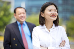 Jeune exécutif asiatique femelle et portrait de sourire d'homme d'affaires asiatique supérieur Image libre de droits