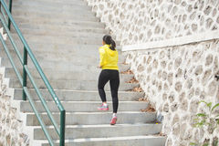 Jeune exercice asiatique de femme extérieur dans la guêpe, g pulsant photos libres de droits