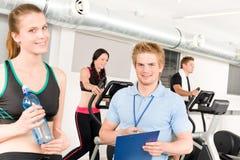 Jeune exercice de gens de gymnastique d'instructeur de forme physique Photos libres de droits