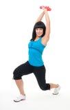 Jeune exercice positif de femme avec des haltères Photo stock