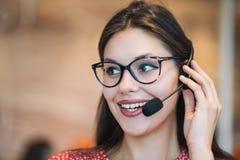 Jeune expéditeur féminin de support technique travaillant dans le bureau, plan rapproché photographie stock