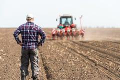 Jeune exploitant agricole sur des terres cultivables photos stock