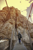 Jeune explorateur croisant un pont ses vacances sur une montagne Images stock