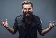 Jeune faire des gestes barbu attrayant d'homme de hippie Photographie stock