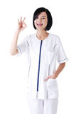 Jeune faire des gestes femelle de médecin ou d'infirmière parfait Photos stock