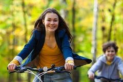 Jeune faire du vélo actif de personnes Image stock