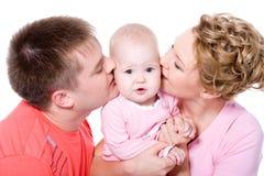 Jeune famile heureux avec la belle chéri photographie stock libre de droits