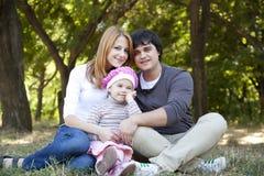 Jeune famille à extérieur. Source Photographie stock
