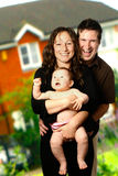 Jeune famille à l'extérieur Images libres de droits