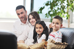 Jeune famille à la maison Photo stock