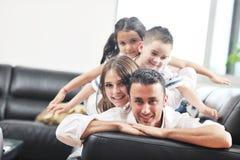 Jeune famille à la maison Photos stock