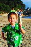 Jeune famille à la plage le matin Photographie stock libre de droits