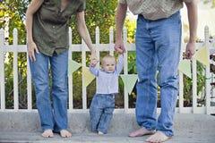 Jeune famille à la réception extérieure photographie stock