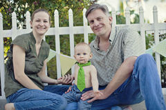 Jeune famille à la réception extérieure photo libre de droits