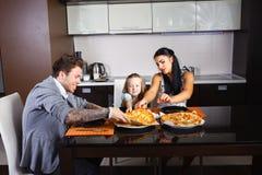 Jeune famille américaine mangeant de la pizza images libres de droits