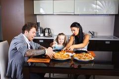 Jeune famille américaine mangeant de la pizza photo libre de droits