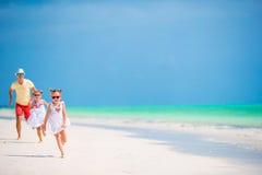 Jeune famille appréciant des vacances d'été de plage photos stock