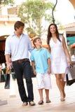 Jeune famille appréciant le voyage d'achats Photos stock