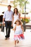 Jeune famille appréciant le voyage d'achats Image libre de droits