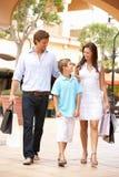 Jeune famille appréciant le voyage d'achats Photographie stock libre de droits