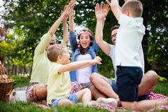 Jeune famille avec des enfants ayant l'amusement en nature photo libre de droits