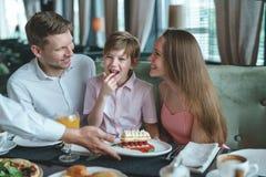 Jeune famille avec l'enfant à un dîner image stock