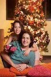 Jeune famille avec le cadeau de Noël Photos stock