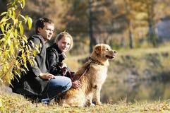Jeune famille avec le crabot Images stock