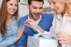 Jeune famille avec le plan rapproché de GIF d'anniversaire d'ouverture de week-end de belle-mère à la maison Images stock