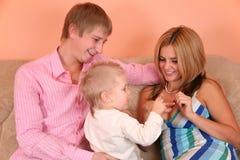 Jeune famille avec rin marié Image libre de droits