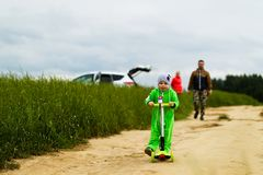 Jeune famille avec un enfant marchant dans le domaine Photos stock