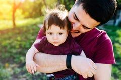 Jeune famille avec un enfant sur la nature Photo libre de droits