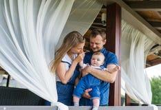 Jeune famille ayant l'amusement à la maison Photographie stock libre de droits