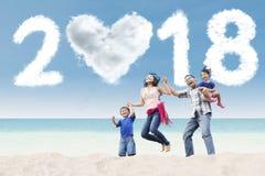 Jeune famille ayant l'amusement dans la plage Photographie stock libre de droits