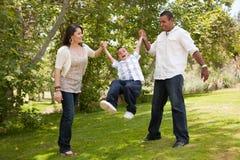 Jeune famille ayant l'amusement dans le stationnement Image stock