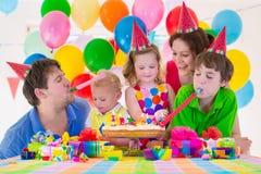 Jeune famille célébrant la fête d'anniversaire Image libre de droits
