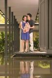 Jeune famille chinoise asiatique avec le fils de bébé de 5 mois Images stock