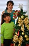 Jeune famille décorant Noël Photos stock