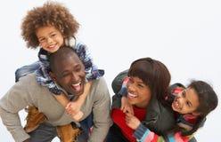 Jeune famille détendant des vacances campantes de plage photographie stock libre de droits