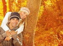 Jeune famille dans la forêt Images libres de droits