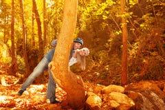 Jeune famille dans la forêt d'automne Photo stock