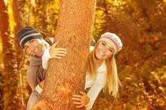 Jeune famille dans le bois Photographie stock