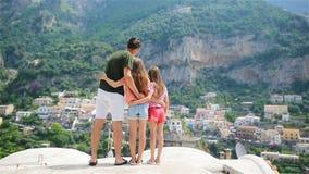 Jeune famille dans le village de Positano sur le fond, côte d'Amalfi, Italie banque de vidéos