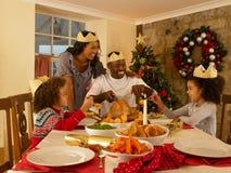 Jeune famille de chemin mélangé à la maison mangeant images libres de droits