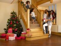 Jeune famille de chemin mélangé le matin de Noël photographie stock