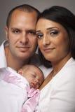 Jeune famille de métis avec le bébé nouveau-né Images stock