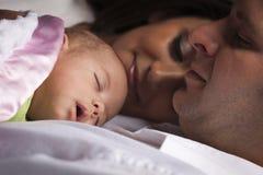 Jeune famille de métis avec le bébé nouveau-né Photo stock